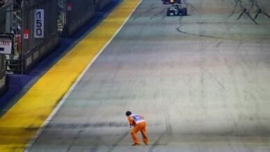 Formula 1 Singapore, il marshall taglia la strada a Rosberg