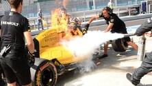 Formula 1 Malesia: la Renault di Magnussen a fuoco