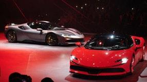 Ferrari SF90 Stradale presentata con Vettel e Leclerc VIDEO