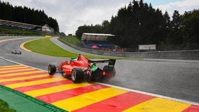 W Series, spettacolare incidente all'Eau Rouge dopo le libere di F1